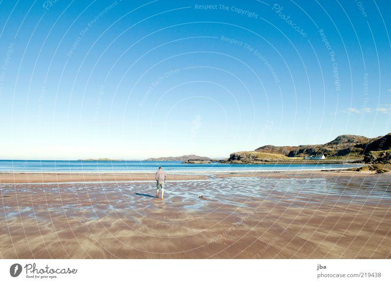 spatzieren Mensch Himmel Natur blau Wasser Ferien & Urlaub & Reisen Meer Sommer Strand Einsamkeit Ferne Erholung Herbst Sand Küste braun