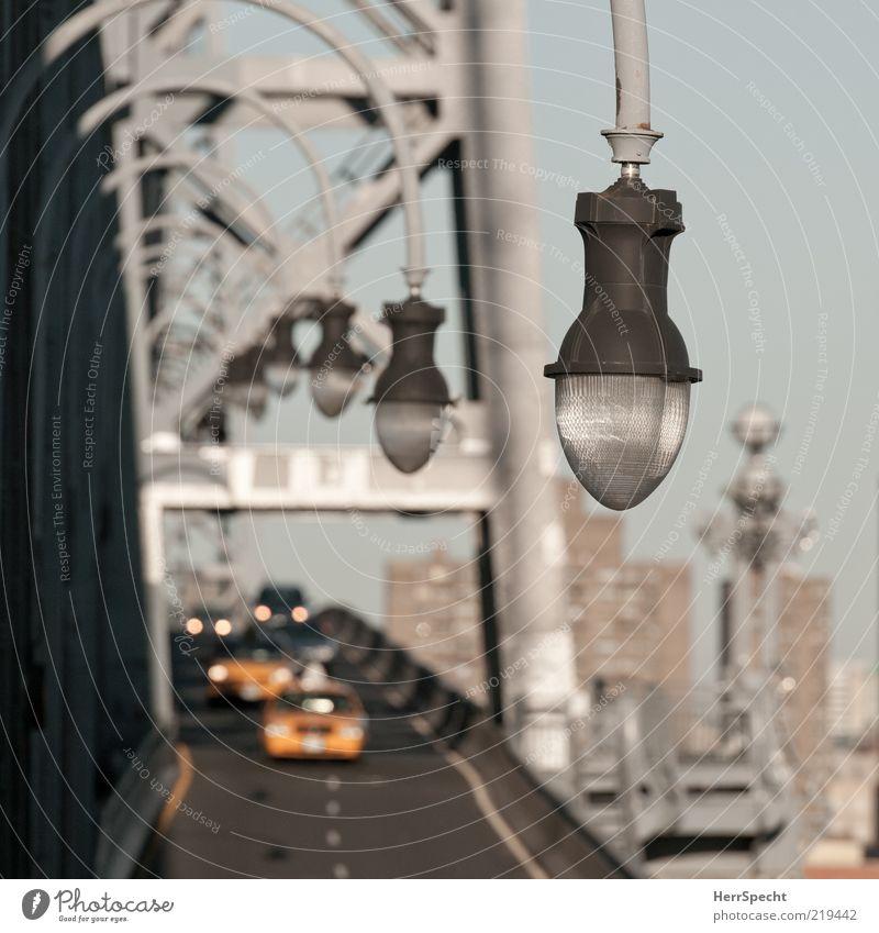 Crossing Williamsburg Bridge gelb Straße grau PKW Lampe braun Perspektive Brücke Laterne Straßenbeleuchtung Reihe Autofahren Personenverkehr Scheinwerfer New York City Fahrbahn