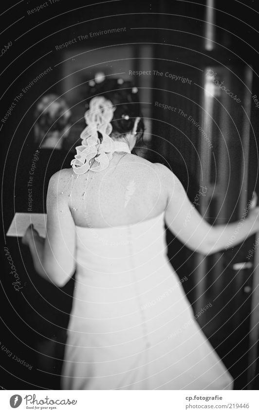 Braut elegant Mensch feminin Junge Frau Jugendliche Erwachsene Partner 1 18-30 Jahre Kleid langhaarig Feste & Feiern träumen Gefühle Glück Lebensfreude