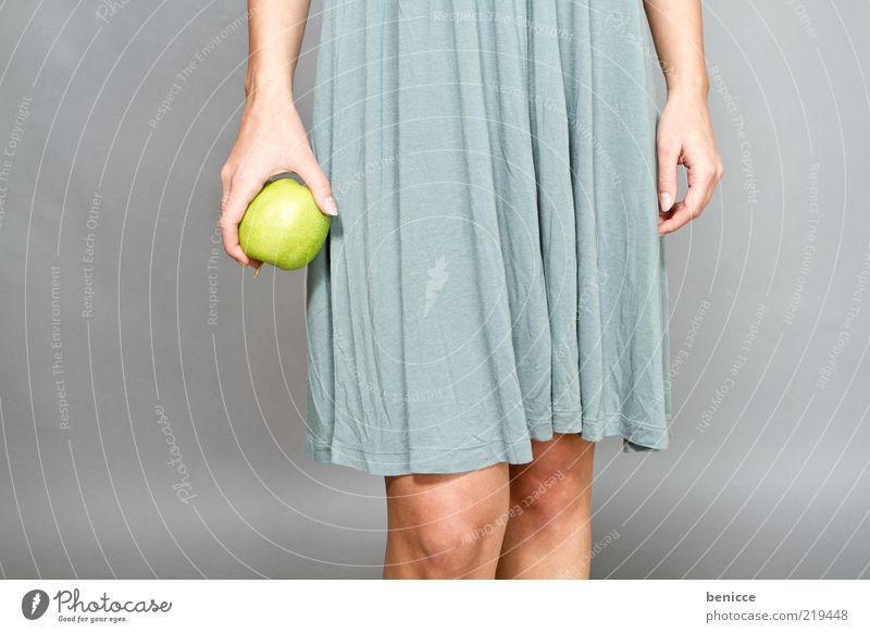 App Frau Mensch Kleid Apfel Frucht grün festhalten Hand Finger Beine Gesundheit Ernährung Diät dünn Leben Diva Vegetarische Ernährung Textfreiraum links Knie