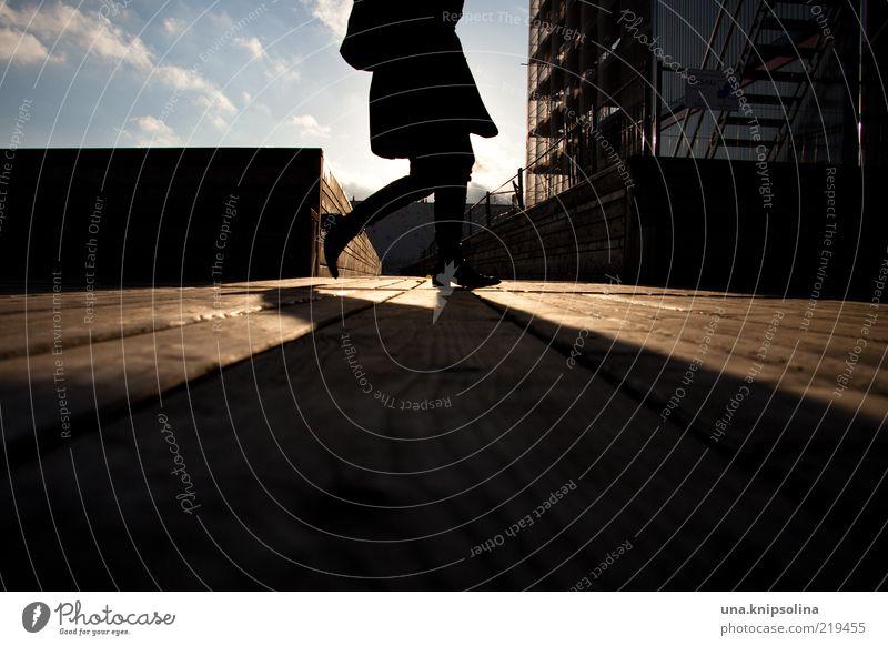 sleepwalking Mensch Holz hell gehen laufen leuchten Steg Eile Bildausschnitt Anschnitt anonym unterwegs Fußgänger kopflos Schattenspiel unkenntlich