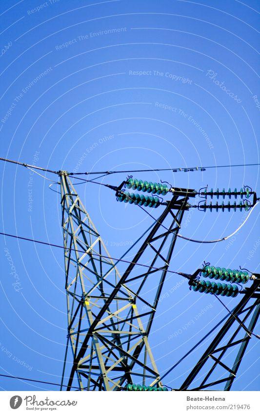 Manchmal stehe ich unter Strom blau Energiewirtschaft Elektrizität Netzwerk Kabel Wirtschaft Strommast Blauer Himmel Anschnitt Bildausschnitt