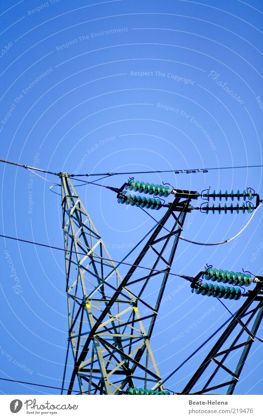 Manchmal stehe ich unter Strom Wirtschaft Kabel Energiewirtschaft Netzwerk blau Elektrizität energiegeladen Hochspannungsleitung Farbfoto Textfreiraum oben