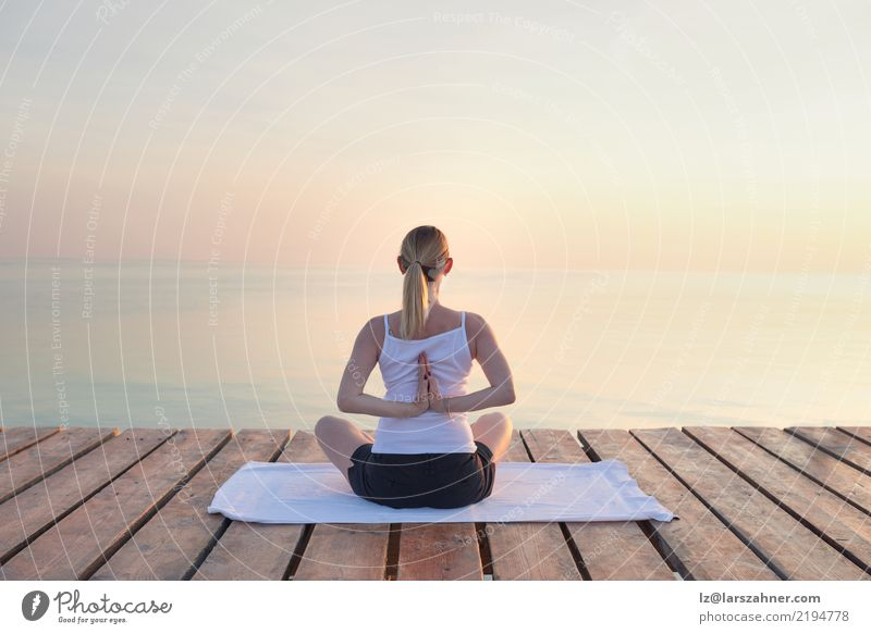 Übendes Yoga der jungen Frau durch Meer Wellness Erholung Meditation Ferien & Urlaub & Reisen Sommer Erwachsene blond atmen Kraft Gelassenheit Energie bewusst