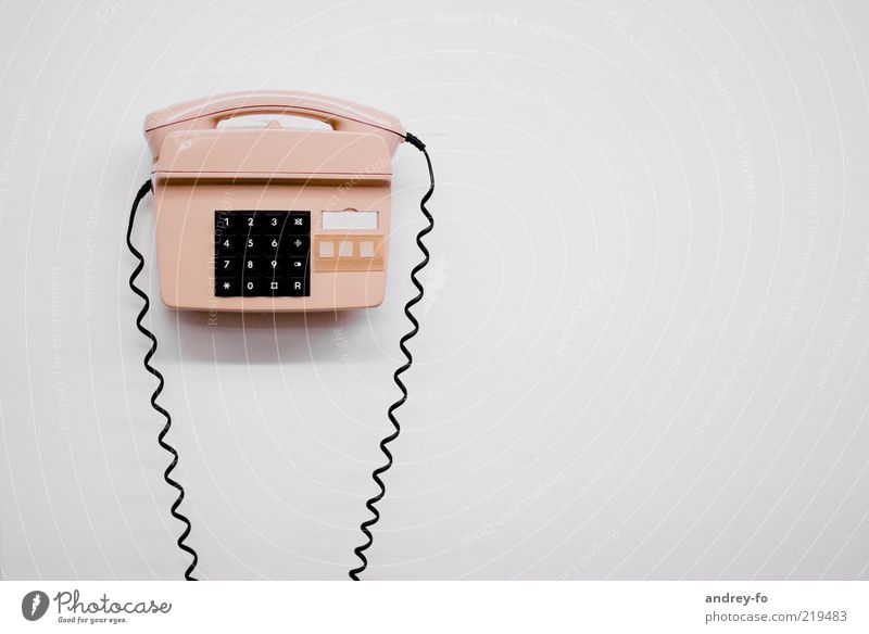 Telefon Telekommunikation analog Telefonhörer Telefonanschluss Telefonkabel telefonisch Tastatur Notruf alt retro Taste Wand weiß hell Kunststoff Farbfoto