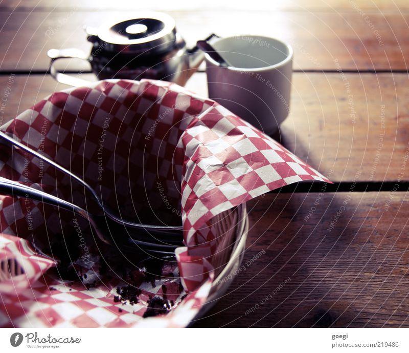 ich will mehr! Lebensmittel Tisch Getränk Kaffee Tee Geschirr Tasse Bildausschnitt kariert Korb Anschnitt Besteck Gabel Löffel Holztisch Kaffeetasse