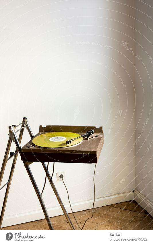 Unsere Fotoredaktion fand... Lifestyle Design Innenarchitektur Raum Entertainment Musik Diskjockey Schallplatte Plattenspieler retro Steckdose Kabel Musik hören