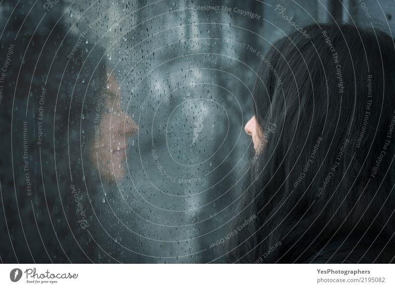 Frau vor regnerischem Fenster Winter Erwachsene Herbst schlechtes Wetter Regen brünett Denken träumen Traurigkeit warten nass Gefühle Einsamkeit Verzweiflung