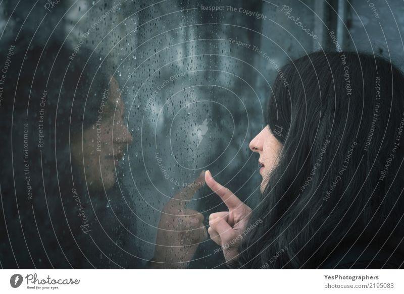 Frau, die auf regnerischem Fenster schaut Mensch Jugendliche blau Einsamkeit Winter 18-30 Jahre Erwachsene Herbst Traurigkeit Liebe Gefühle Denken Stimmung