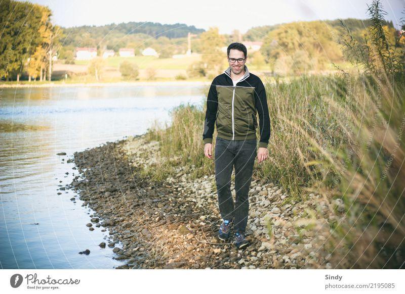Flussbursche5 maskulin Junge Frau Jugendliche Mann Erwachsene Körper 1 Mensch 18-30 Jahre 30-45 Jahre Landschaft Gras Sträucher Flussufer Hose Pullover Brille