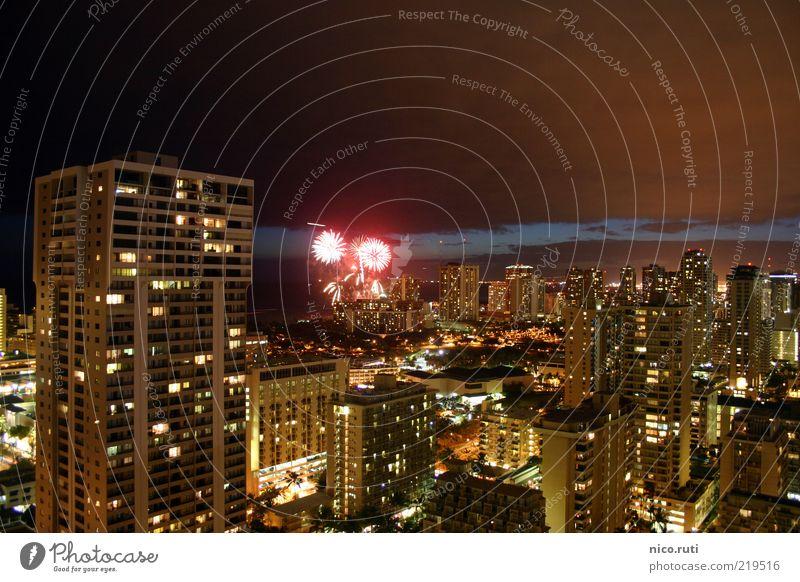 Pyrotechnik auf Augenhöhe Honolulu Hawaii Stadt Hauptstadt Skyline Hochhaus Hotel Fassade hell Gefühle ruhig Feuerwerk Lichtverschmutzung Langzeitbelichtung