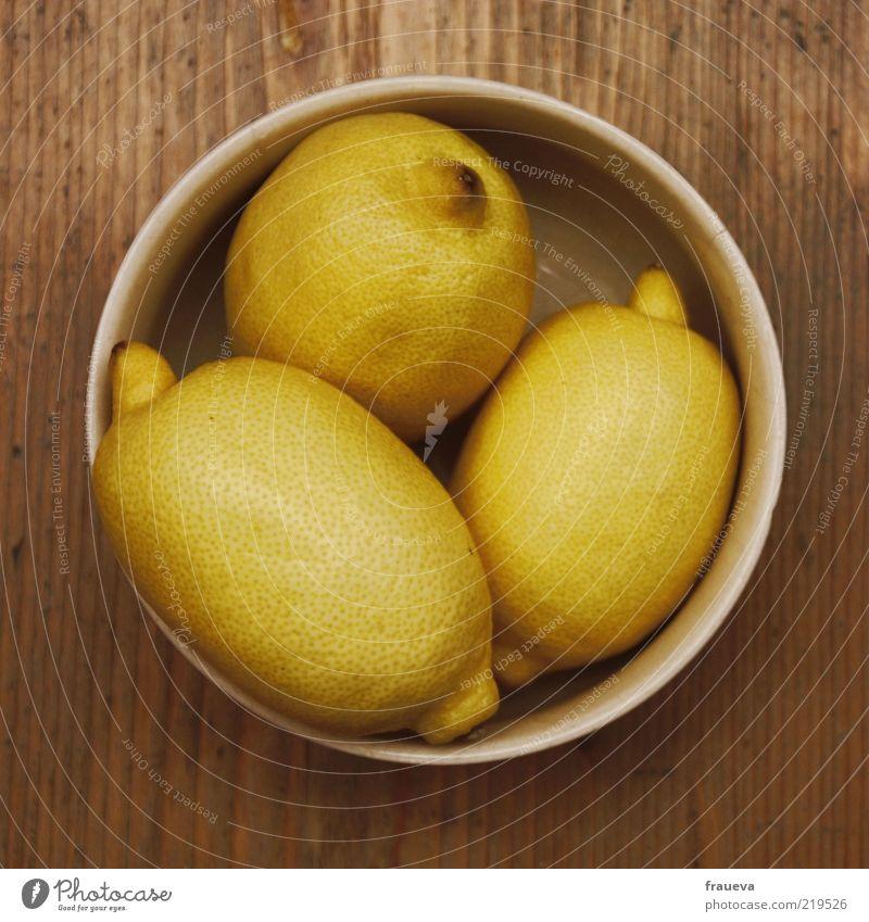 Süßes, sonst gibts Saures! Ernährung Lebensmittel Frucht Stillleben Schalen & Schüsseln Zitrone Geschmackssinn sauer Perspektive Holztisch zitronengelb
