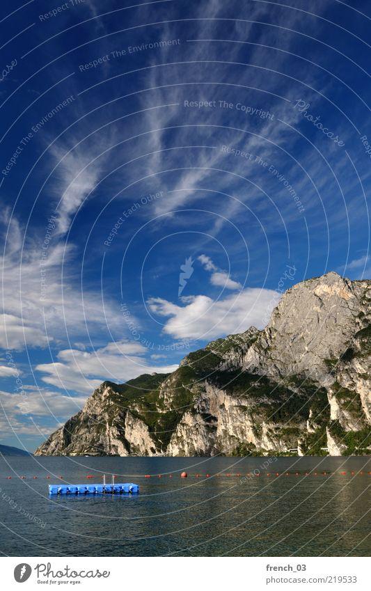 es hört nicht auf Wasser Himmel blau Ferien & Urlaub & Reisen ruhig Wolken Ferne Erholung Berge u. Gebirge Freiheit See Umwelt Felsen leer Insel Reisefotografie