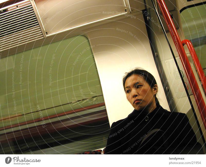 asiatin Frau Einsamkeit U-Bahn Asiate