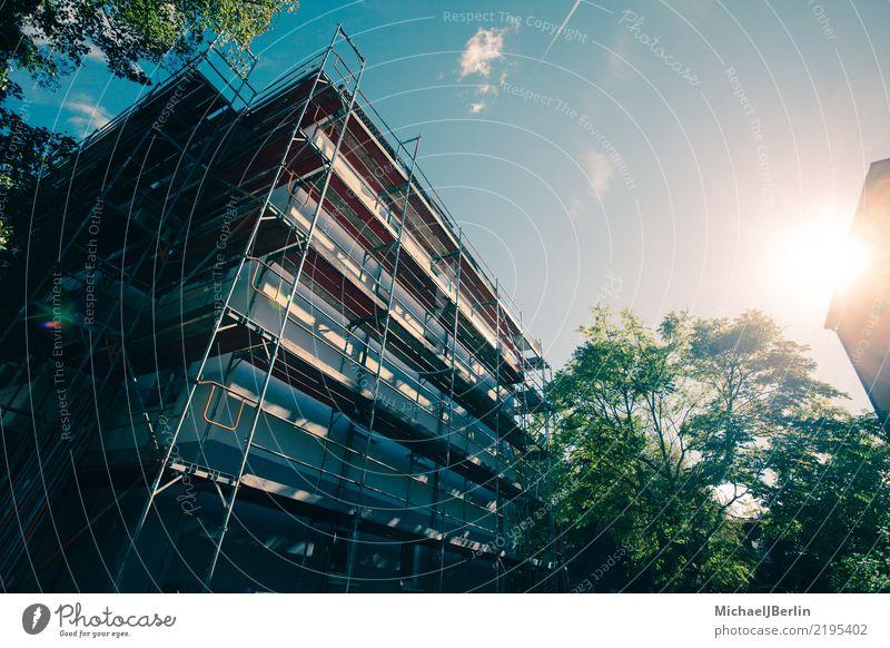Gerüst an einem Haus bei strahlendem Sonnenschein Stadt Architektur Gebäude Fassade Wachstum Baustelle Bauwerk Gastronomie Reichtum Renovieren Baugerüst