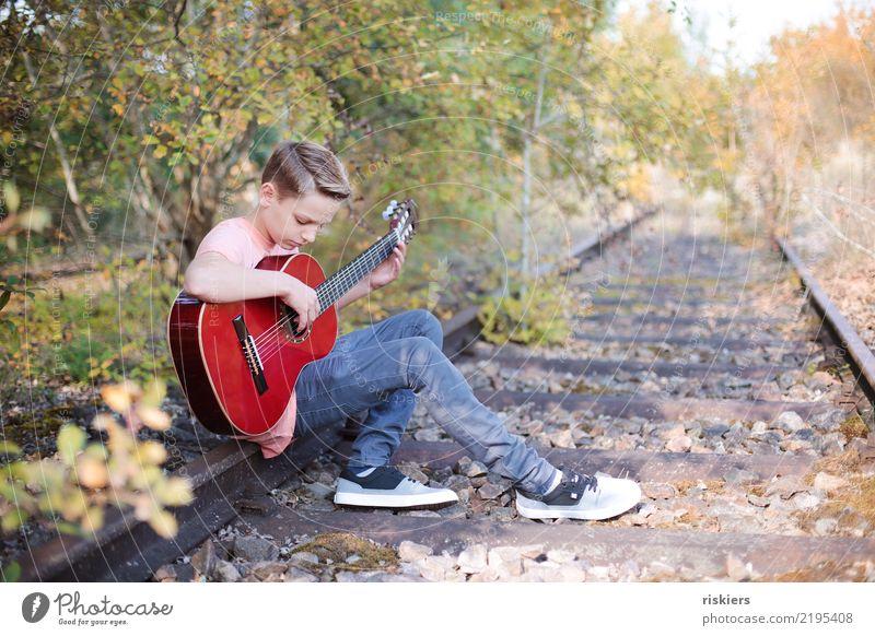 me and my guitar Kind Mensch Natur Sommer Landschaft Erholung Freude Wald Umwelt Herbst Wiese natürlich Junge Zufriedenheit Park Kindheit