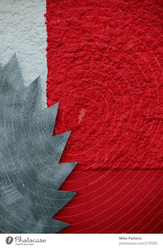 cut the colour weiß rot Wand Metall silber graphisch Anschnitt Bildausschnitt Zacken Werkzeug Zickzack Säge Unfallgefahr Verletzungsgefahr Sägeblatt