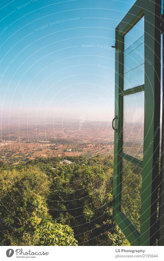 Ein grünes Fenster öffnet sich über die wunderschöne Landschaft Ferien & Urlaub & Reisen Tourismus Abenteuer Sightseeing Kultur Horizont Baum Wald Hügel See