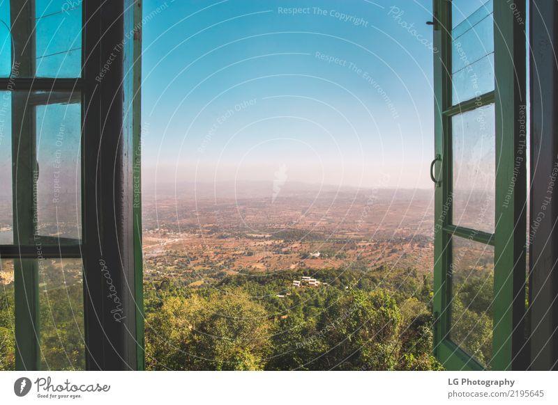 Ein grünes Fenster öffnet sich über die wunderschöne Landschaft Ferien & Urlaub & Reisen Baum Wald Architektur Tourismus See Horizont offen Aussicht Kultur