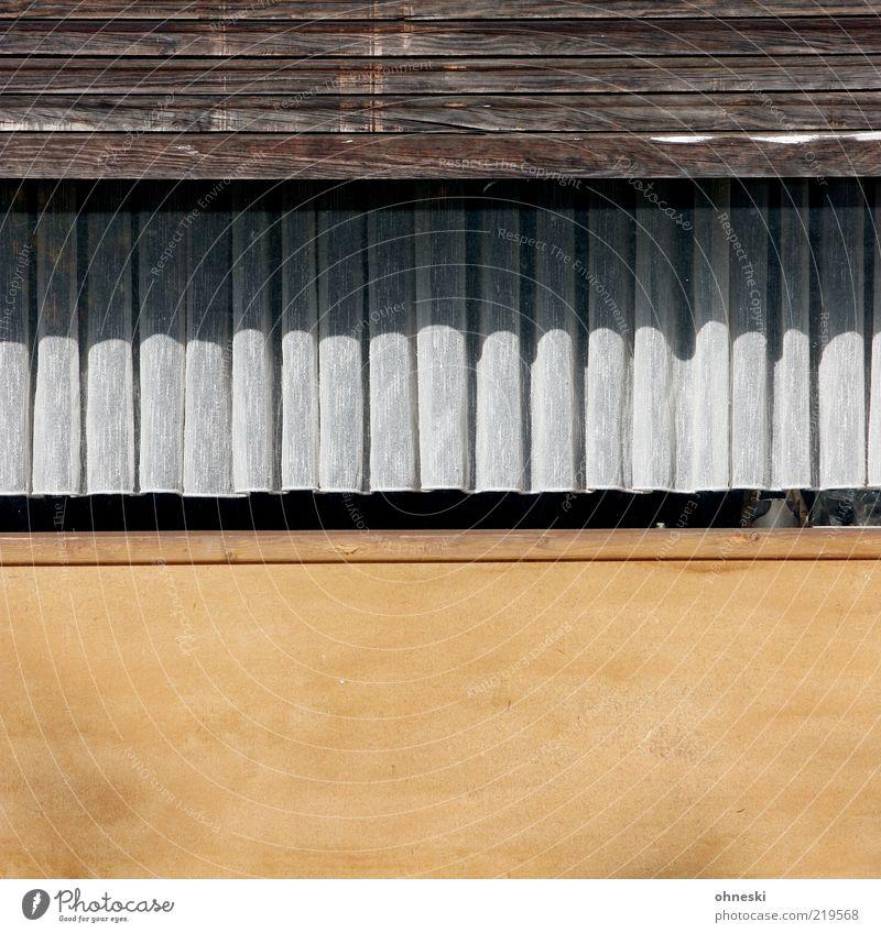Wohnambiente Gardine Haus Einfamilienhaus Mauer Wand Fassade Fenster Jalousie alt Farbfoto Textfreiraum unten Zentralperspektive Außenaufnahme Detailaufnahme