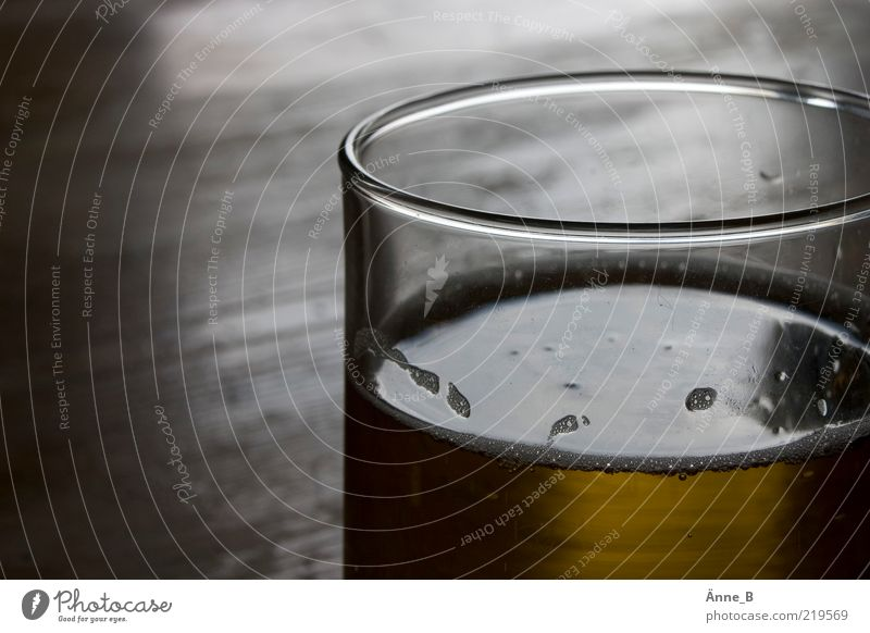 Abgestandenes Bier schmeckt schal. Lebensmittel braun Glas Getränk Flüssigkeit Alkohol Schaum Bildausschnitt Anschnitt Bierglas