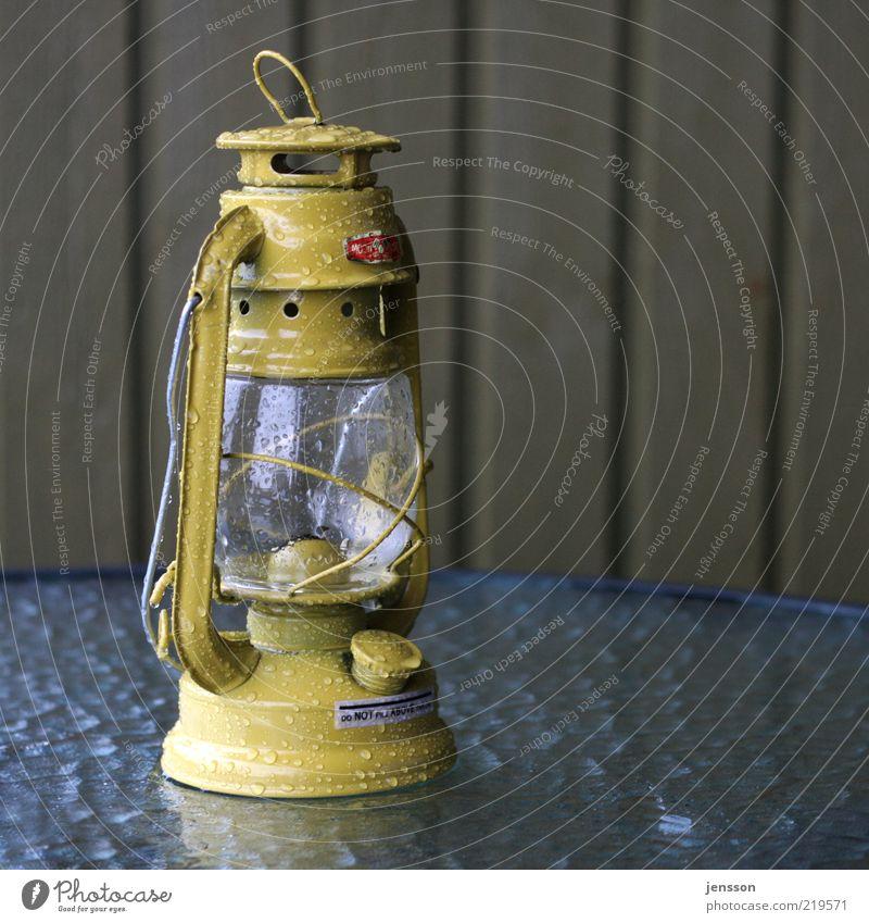 do NOT fill ABOVE the line gelb Lampe dunkel Glas nass Wassertropfen retro Laterne erleuchten altmodisch klassisch Sammlerstück Öllampe Objektfotografie