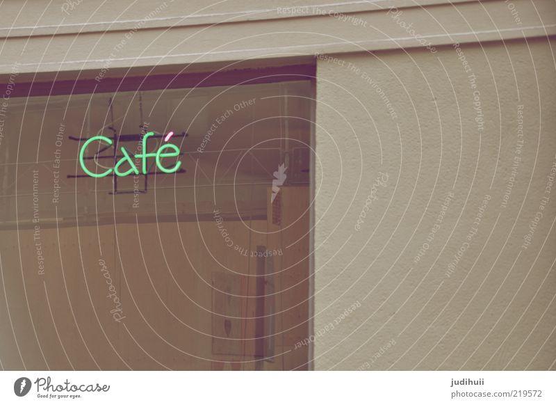 Kaffeekultur Schaufenster Restaurant Gebäude Logo Glas grau grün Café Bildausschnitt Anschnitt Detailaufnahme Werbeschild Leuchtreklame Schriftzeichen