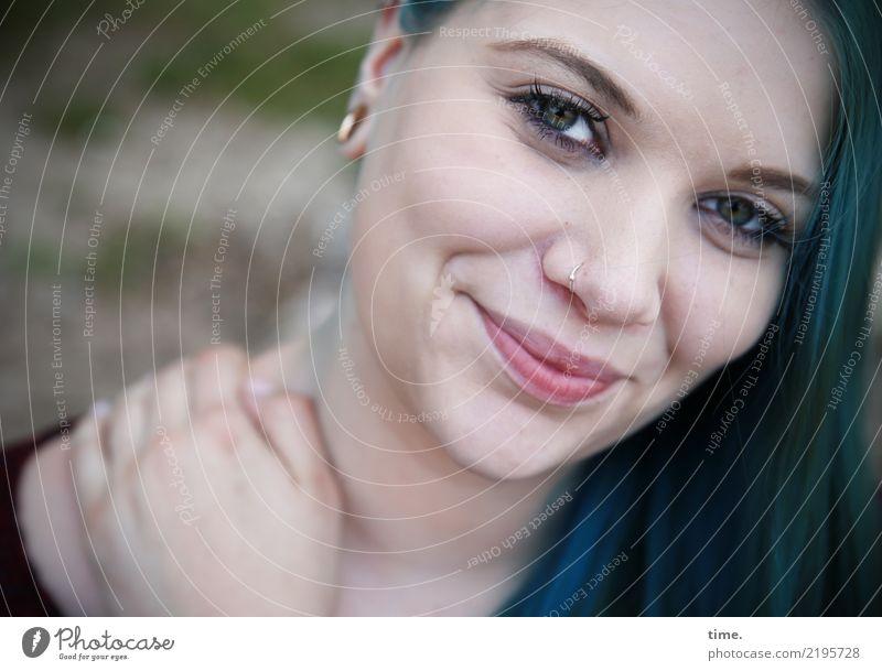 . Frau Mensch schön ruhig dunkel Erwachsene Wärme Leben feminin Glück Zeit Zufriedenheit Lächeln beobachten Freundlichkeit Neugier