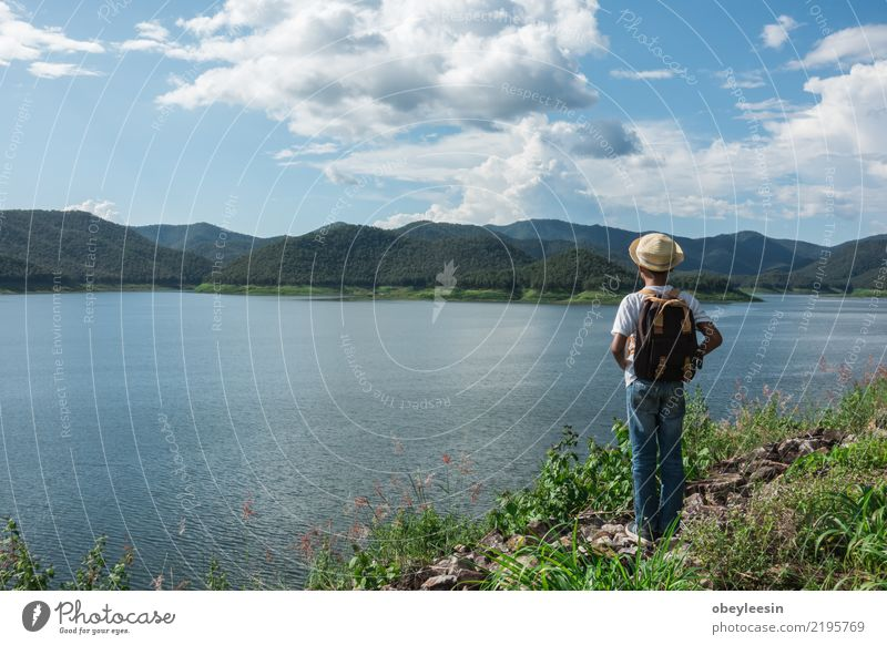 junger asiatischer Junge, der alleine am Naturpark, Weinleseton reist Kind Himmel Ferien & Urlaub & Reisen Sommer grün Baum Landschaft Freude lustig Glück