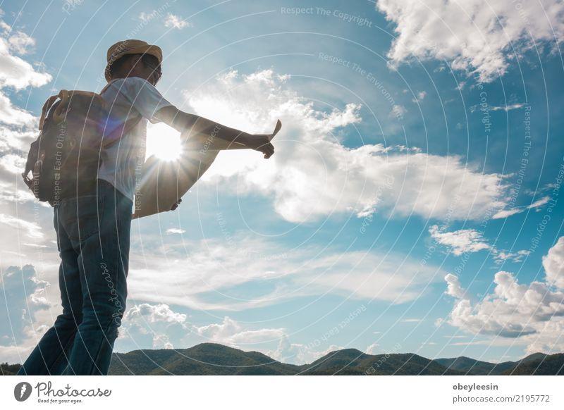 Der junge touristische Junge, der eine Karte schaut, bleiben alleine am Berg Lifestyle Ferien & Urlaub & Reisen Tourismus Ausflug Abenteuer Sightseeing Sommer