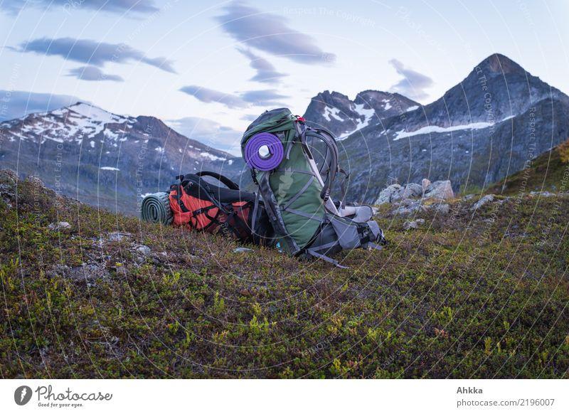 Zwei Wanderrucksäcke vor abendlichem Bergpanorama harmonisch Wohlgefühl Zufriedenheit Sinnesorgane Erholung ruhig Meditation Ferien & Urlaub & Reisen Abenteuer