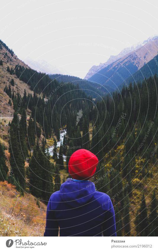 Rotkäppchen im Tienshangebirge Mensch Ferien & Urlaub & Reisen Landschaft Baum Erholung ruhig Ferne Wald Berge u. Gebirge Leben Gesundheit Freiheit