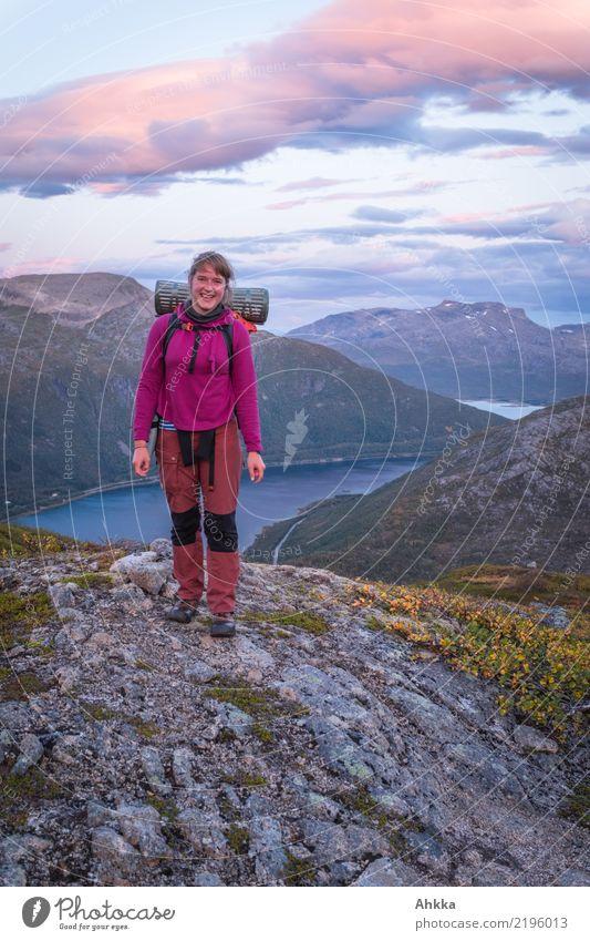 Junge Frau vor norwegischer Abendkulisse Ferien & Urlaub & Reisen Ausflug Abenteuer wandern Jugendliche Landschaft Wolken Berge u. Gebirge Fjord Norwegen