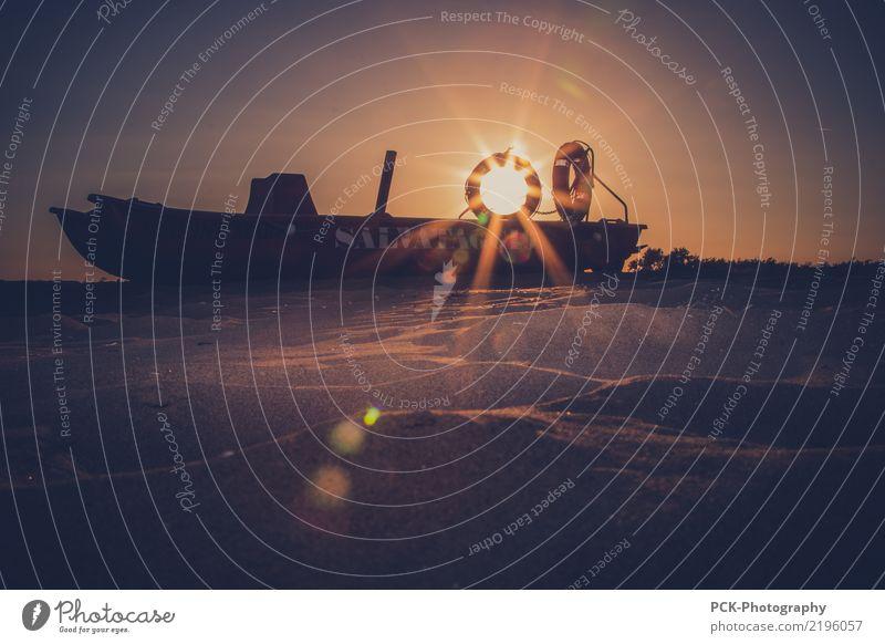 Rettungsboot Wasser Vergänglichkeit Sonnenuntergang Sonnenstrahlen Sandstrand gestrandet Horizont Wasserfahrzeug Schiffswrack Farbfoto Außenaufnahme