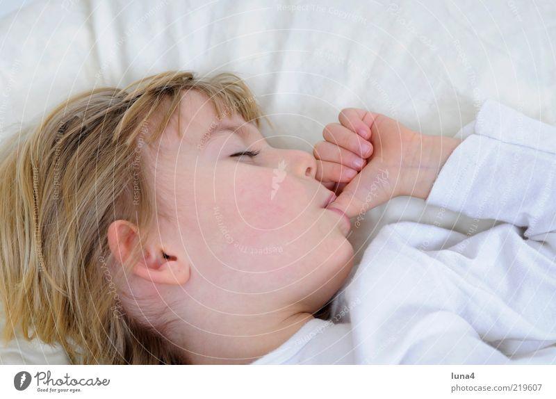 Daumen Bett Kind Mensch Kleinkind Mädchen 1 3-8 Jahre Kindheit schlafen träumen blond klein weiß Zufriedenheit Geborgenheit saugen Kissen Farbfoto Innenaufnahme