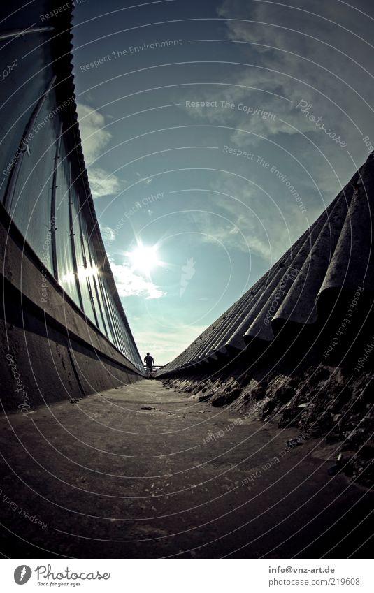 Rooftop Mensch Himmel blau Sonne Erwachsene Fenster Wege & Pfade Stimmung gehen maskulin ästhetisch Dach 18-30 Jahre Fischauge