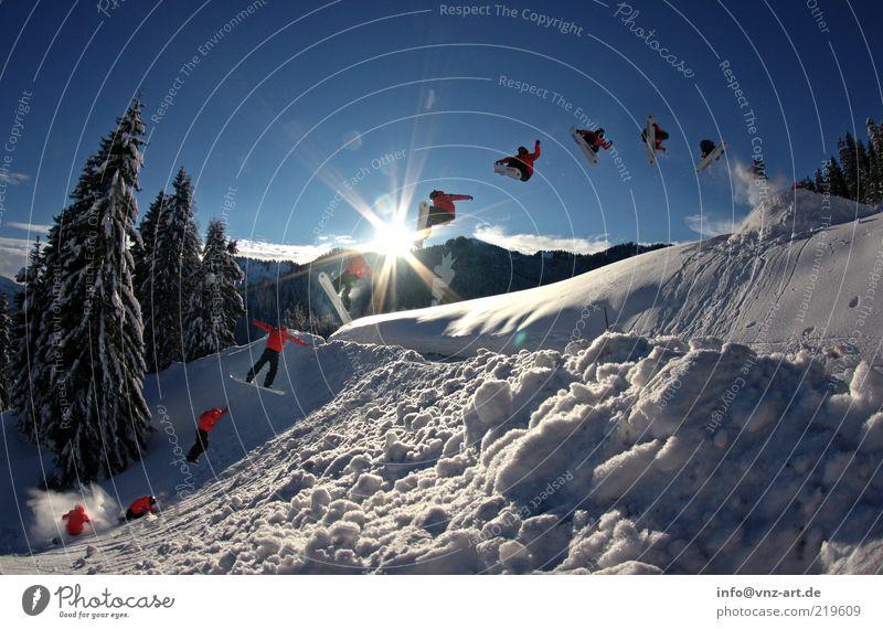 360 Gap Snowboarding Schnee Winter kalt Trick Aktion Funsport extrem Tanne Himmel Sonne blau Snowboarder springen Freizeit & Hobby Abheben Landen überspringen