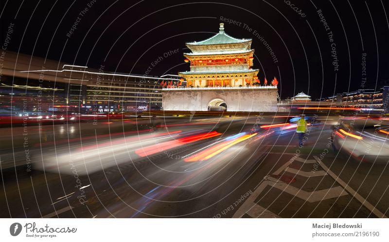 Xian-Glockenturm nachts, China. Sightseeing Städtereise Stadt Palast Turm Gebäude Architektur Wahrzeichen Verkehr Straße Wege & Pfade Wegkreuzung authentisch