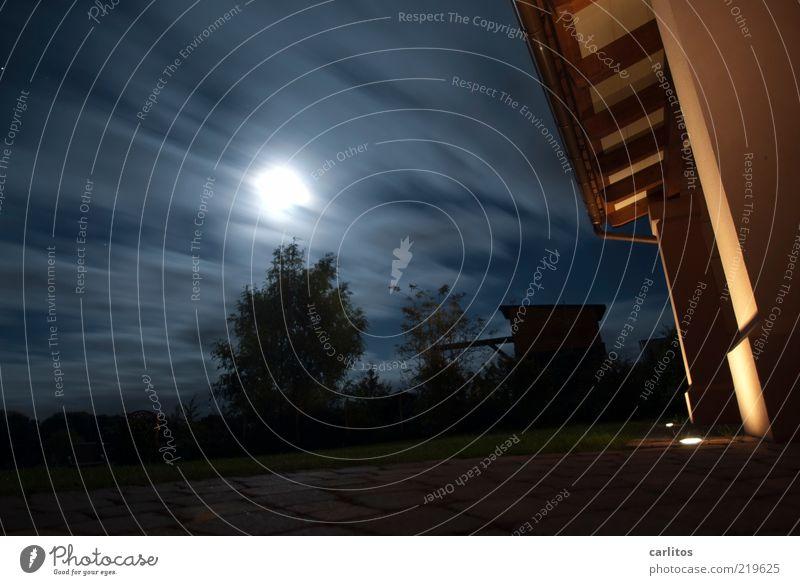 Auch im Dunkeln scheint ein Licht Luft Himmel Nachthimmel Mond Vollmond Herbst Klima Wind Baum Garten Dach Dachrinne Säule Vordach leuchten bedrohlich dunkel