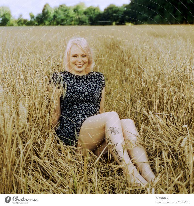 Josefine im Weizen oder Roggen oder so Natur Jugendliche Junge Frau Sommer schön Landschaft 18-30 Jahre Erwachsene Leben Beine natürlich feminin lachen Glück