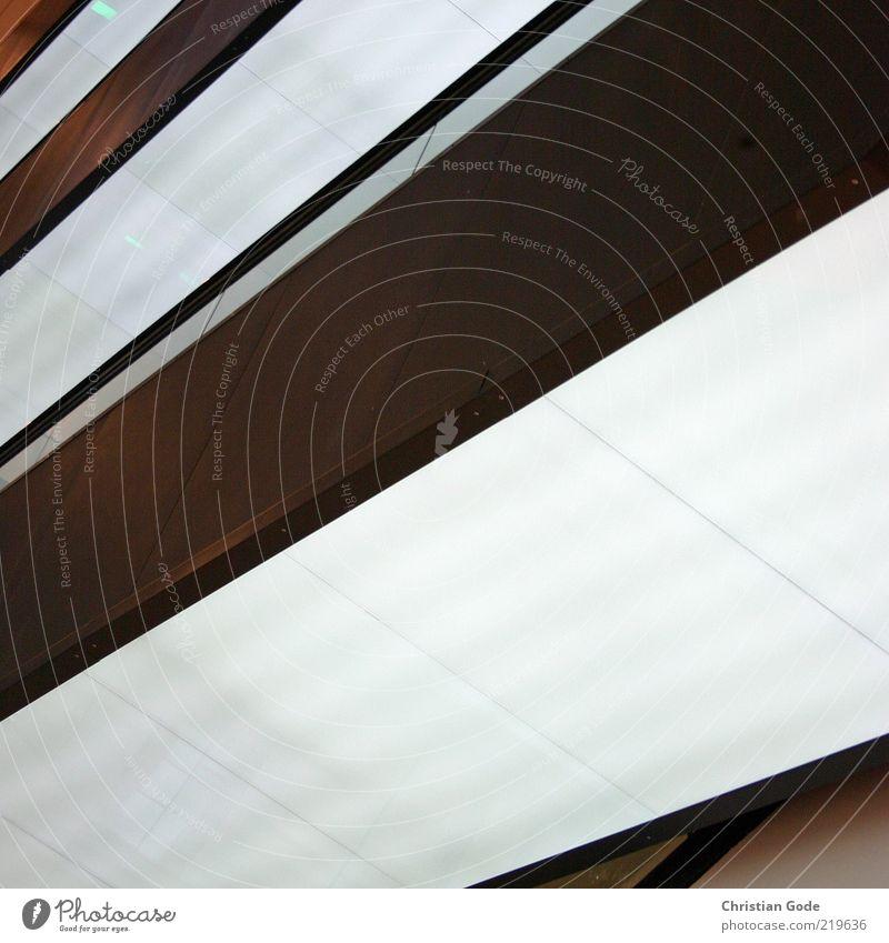Treppenhaus weiß schwarz dunkel Wand grau Mauer Gebäude braun hell Architektur modern Bauwerk diagonal Neonlicht