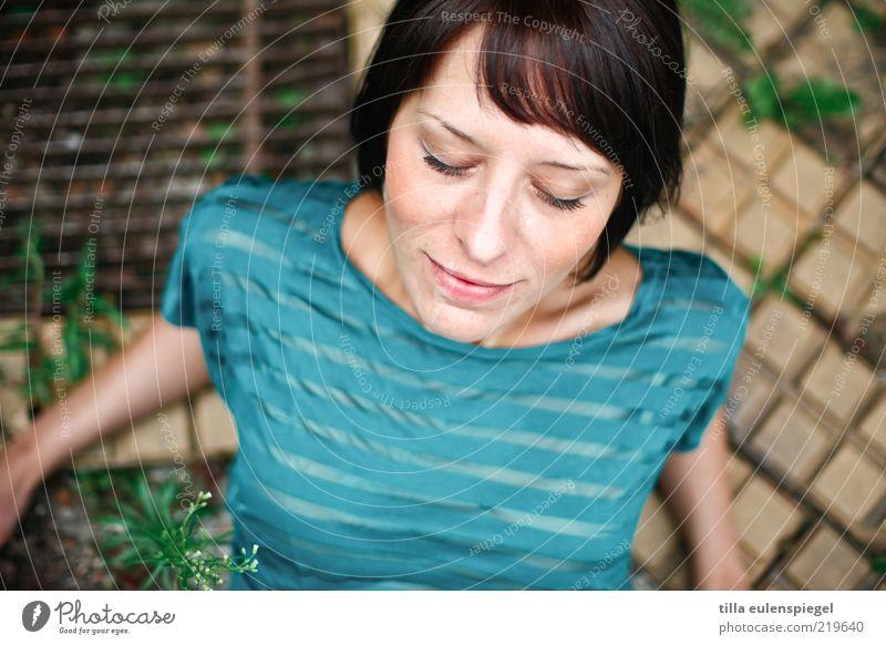 genießerin. Frau Mensch Jugendliche schön ruhig feminin träumen Zufriedenheit Erwachsene Hoffnung T-Shirt Gelassenheit türkis genießen brünett