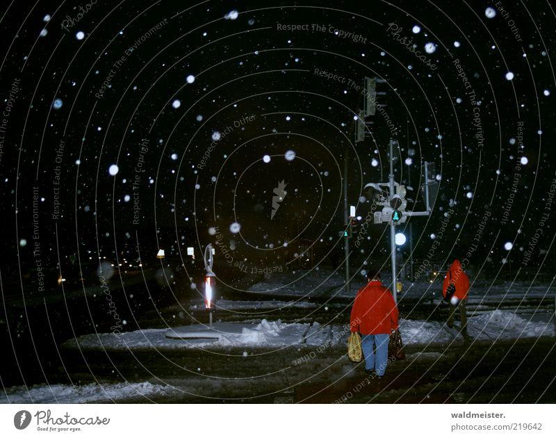 Winter Mensch weiß rot schwarz dunkel kalt Schnee Schneefall Wetter frieren Ampel tragen Tüte Straßenkreuzung schlechtes Wetter Schneeflocke