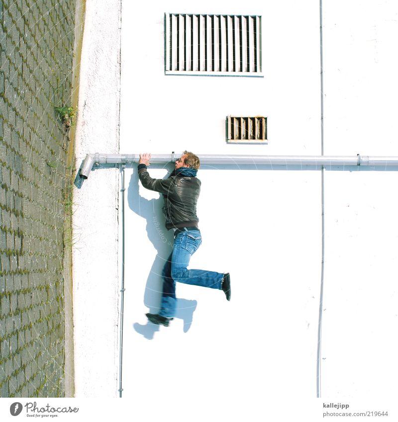 dramatiker Mensch Mann Haus Erwachsene Wand Mauer springen Fassade stoppen Jeanshose Klettern Jacke drehen Leder Pflastersteine Rohrleitung