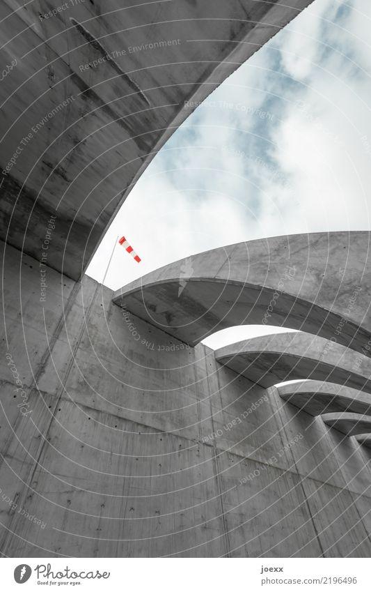 Richtungen Himmel Wolken Bauwerk Mauer Wand Beton gigantisch groß hoch kalt modern rund blau grau rot bedrohlich Hafenmauer Windfahne Farbfoto Gedeckte Farben