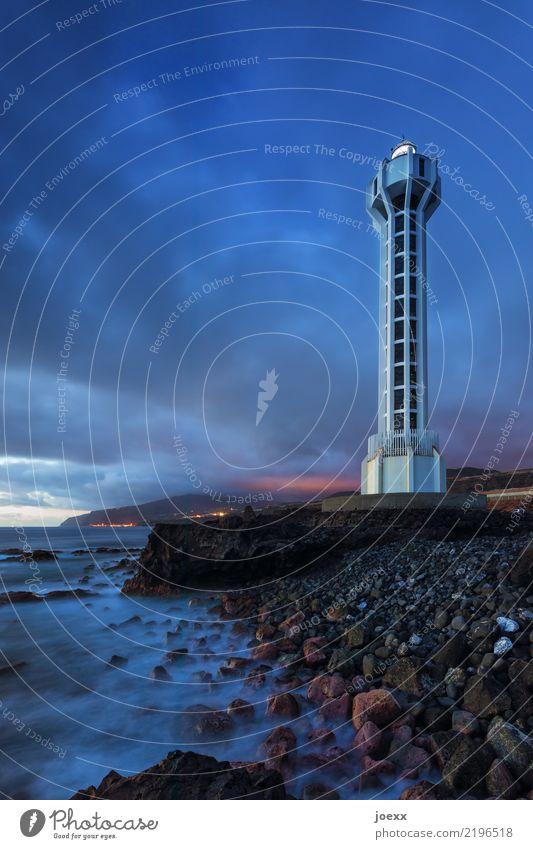 Faro de Punta Lava Wasser Himmel Wolken Schönes Wetter Felsen Wellen Küste Meer Leuchtturm hoch maritim modern blau braun weiß Sicherheit Farbfoto Außenaufnahme
