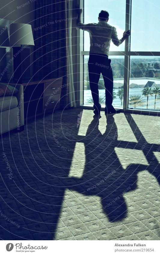 Mann am Fenster VI Mensch Erwachsene Leben warten maskulin stehen ästhetisch Coolness retro Aussicht Möbel Reichtum Gardine Teppich