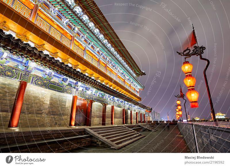 f Xian Stadtmauer bei Nacht. Ferien & Urlaub & Reisen alt Architektur Wand Gebäude Mauer außergewöhnlich Stein historisch Sehenswürdigkeit Wahrzeichen Laterne