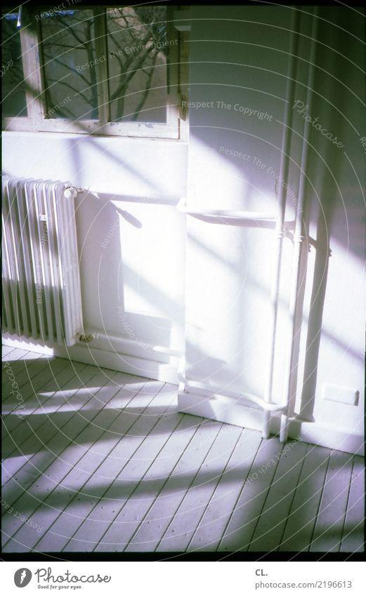 lichteinfall Häusliches Leben Wohnung Raum Mauer Wand Fenster Heizung Heizungsrohr Holzfußboden Altbauwohnung analog Energie sparen Farbfoto Innenaufnahme