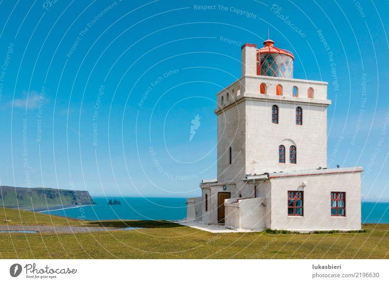 Leuchtturm auf steiniger Klippe Island Küste Strand traumhaft Ferien & Urlaub & Reisen Natur Wasser Felsen Wellen Meer Himmel Gischt Landschaft rot eckig Glas